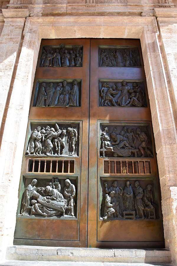 puerta bronce